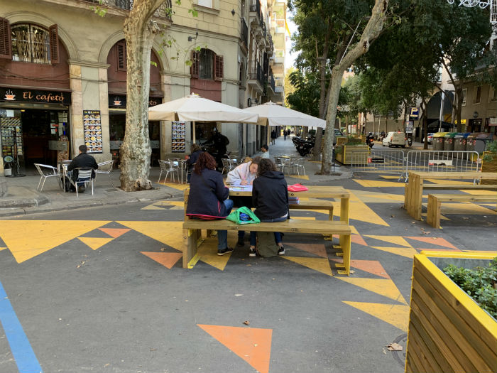 Homework in the streets at the heart of the Sant Antoni superilla