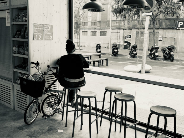 The folding bike, the key accessory of the young urban inhabitant of Barcelona